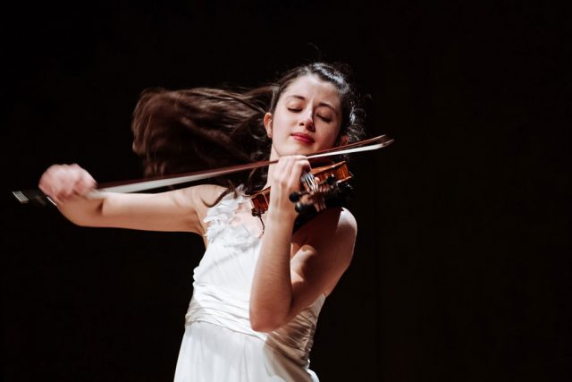 María Dueñas playing violin. By Tam Lan Truong.